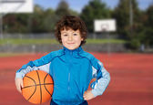 Adorable kind spielen basketball — Stockfoto
