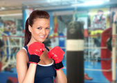 Attractive girl practicing boxing — 图库照片