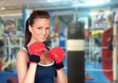 有吸引力的女孩练拳击 — 图库照片