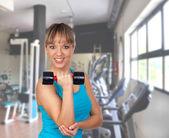 Levantamiento de pesas por una mujer bonita — Foto de Stock