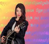 Mooie brunette meisje met een gitaar — Stockfoto