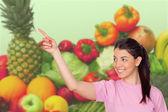 молодая девушка с фруктами и овощами — Стоковое фото
