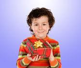 Vackra barn ger en present — Stockfoto