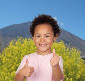 Latin kind sagen ok mit einem vulkan — Stockfoto