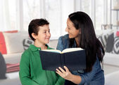 Mother teaching her child to read — Foto Stock