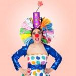 überrascht Mädchen Clown mit einem großen bunten Perücke — Stockfoto