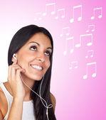 Ascolto musica casual giovane ragazza — Foto Stock