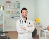 Barbudo jovem médico no hospital — Fotografia Stock