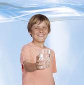 Durstig jugendlichen mit wasser trinken. — Stockfoto