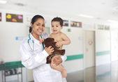 Pédiatre de latin à l'hôpital avec un bébé — Photo