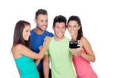Grupp av vänner som söker en bild — Stockfoto