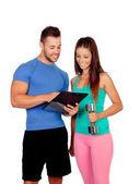 Gut aussehend fitnesstrainer mit einem attraktiven mädchen — Stockfoto