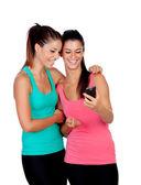 Underbara tjejer genom att bli ett foto med mobilen — Stockfoto