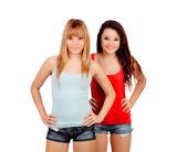 两个少女姐妹与牛仔裤短裤 — 图库照片