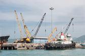 Grúas y barcaza — Foto de Stock