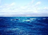Derin karanlık mavi deniz dalgaları ve mavi gökyüzü bulutlu, güzel manzara — Stok fotoğraf