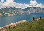 Panorama of Sirmione village and Lake Garda, Italy — Stock Photo
