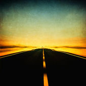 Grunge afbeelding van snelweg en blauwe hemel in motion blur — Stockfoto
