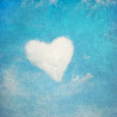 Heart shaped cloud, perfect valentine's day background — Стоковое фото