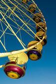 Riesenrad über tiefblauen himmel — Stockfoto
