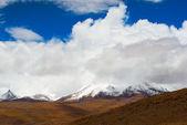 Snowy peaks of mountains — Stock Photo