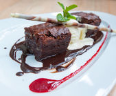 Elegante postre, brownie de chocolate y helado — Foto de Stock