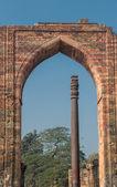 Pilar de hierro en el qutub minar, delhi, india — Foto de Stock