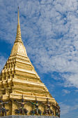 Golden stupa in Wat Phra Kaew, Bangkok, Thailand — Stock Photo