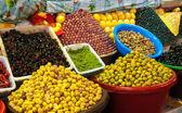 Olive in salamoia e limoni al mercato marocchino — Foto Stock