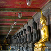 Golden buddhas in wat sutat, bangkok — Stock Photo