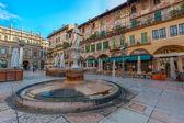 Пьяцца делле Эрбе и Палаццо Маффеи, Верона, Италия — Стоковое фото