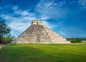 El Castillo or Temple of Kukulkan pyramid — Stock Photo