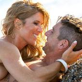 Portret przystojny para całować się z bliska. — Zdjęcie stockowe