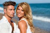 ビーチでハンサムなカップルの肖像画を閉じる. — ストック写真
