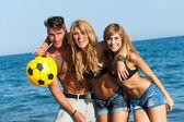 Retrato de tres amigos guapos en la playa. — Foto de Stock