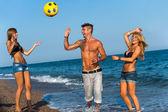 üç arkadaş sahilde topla oynamayı. — Stok fotoğraf