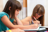 два подростка, делать домашнее задание. — Стоковое фото