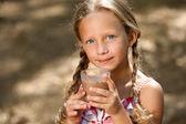 милая девочка, пить молочный шоколад. — Стоковое фото