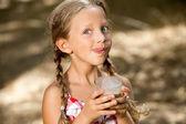 表現力豊かな少女の飲酒ミルクセーキ. — Stock fotografie