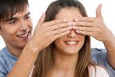 Garçon hinding filles yeux avec les mains. — Photo