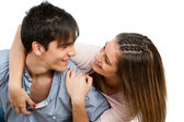 Cerca de la pareja adolescente sonriendo. — Foto de Stock