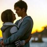 silhouette d'un couple romantique au coucher du soleil — Photo