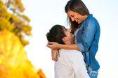 Lyckliga unga paret visar tillgivenhet. — Stockfoto