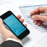 Frauenhänden, die Überprüfung der Buchhaltung auf smart phone — Stockfoto