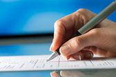 Vrouwelijke hand die document bekijken met pen. — Stockfoto