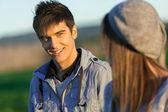 Ritratto di ragazzo bello in campagna. — Foto Stock