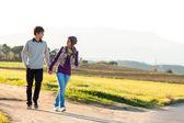 Giovane coppia con una passeggiata in campagna. — Foto Stock