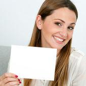 Leuke jonge vrouw met lege kaart. — Stockfoto