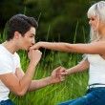 namorado beijar a mão ao ar livre — Foto Stock