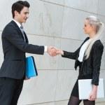 buisness jovens casal aperto de mãos ao longo do trato — Foto Stock